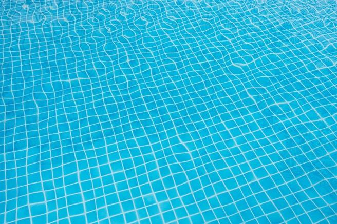 Was ist bei der Auswahl der Schwimmbadfarbe wichtig?